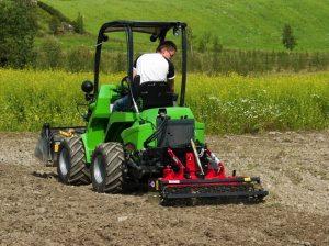Культивация земельного участка трактором