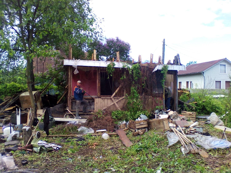 Снос деревянного сарая