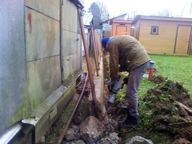 Демонтаж бетонного основания старого забора в Подольске.